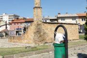 Xhamia afër 600 vjeçare në Prizren e mbushur me mbeturina