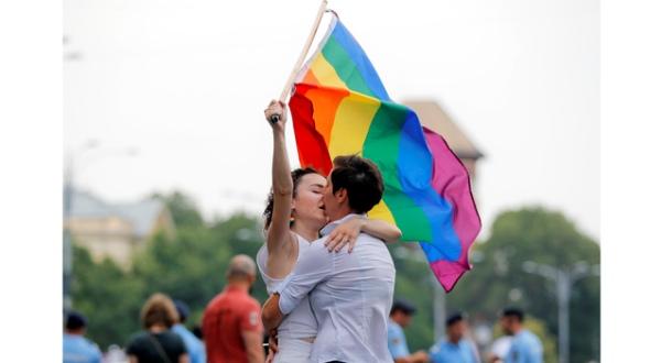 Rumunët pritet të votojnë kundër martesave me të njëjtën gjini