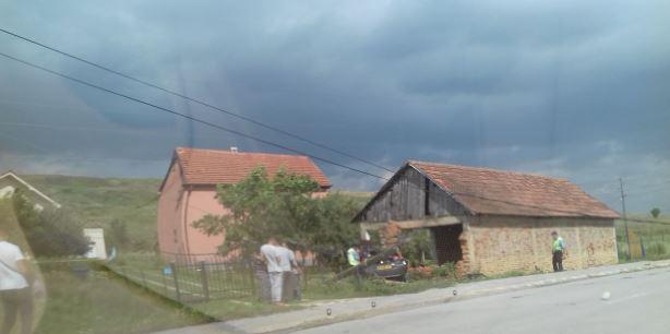 I mituri në Prizren godet murin me veturë