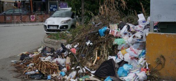 Grumbull mbeturinash në disa lagje në Prizren, papastërtia ta zë frymën