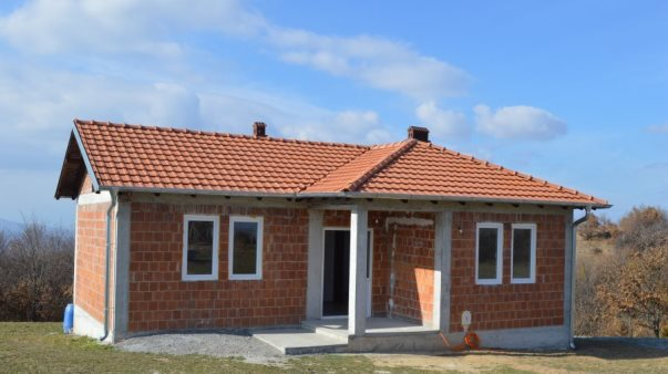 Komuna e Malishevës i bën me shtëpi tri familje në nevojë