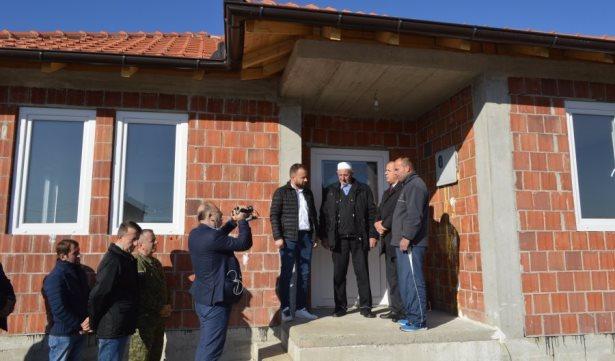 Familja Hazrolli nga Banja i bëri me shtëpi dy familje nga Lladroci i Malishevës