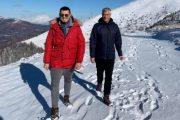 Presidenti Thaçi me djalin Endritin, në bjeshkët e Sharrit me borë (Foto)