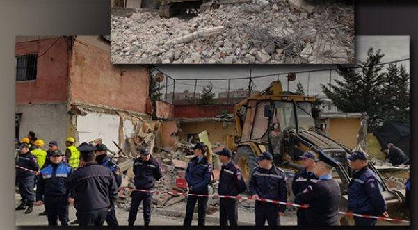 FOTO/ Babai firmosi varjen e Havzi Nelës, i biri u shkatërron shtëpitë pasardhësve