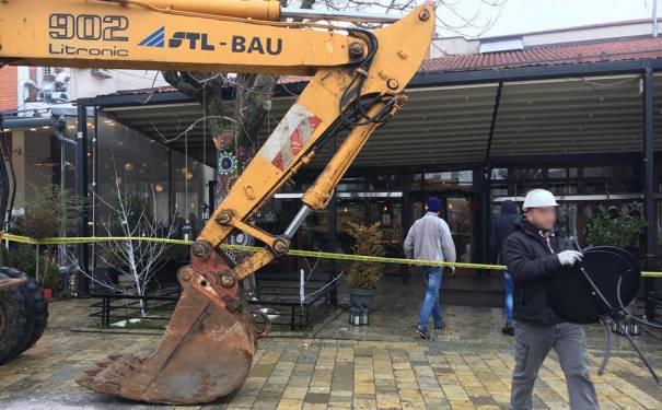 """Vazhdon aksioni për largimin e konstruksioneve metalike në """"Shatërvan"""" të Prizrenit"""