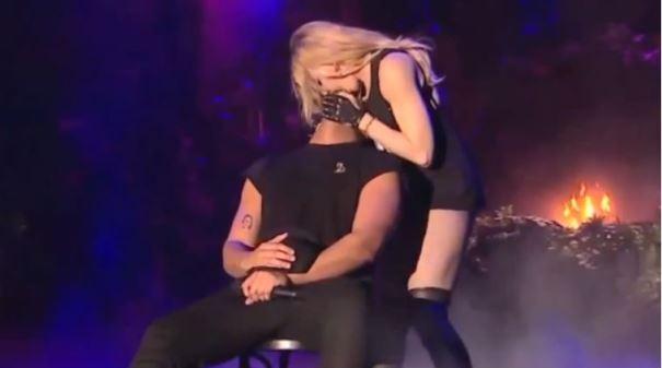 Drake puth e kap nga gjoksi fansen 17-vjeçare (Video)