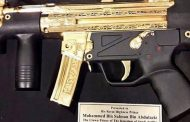 """Princi """"vrasës"""" i Arabisë Saudite merr dhuratë karabinën e artë (FOTO)"""