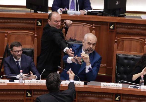 (VIDEO) Përleshje në Kuvendin e Shqipërisë, Edi Rama ngjyroset me ngjyrë