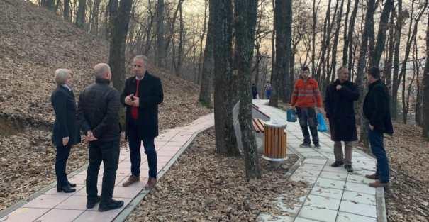 """Suharekë:Rregullohen shportat e dëmtuara të mbeturinave në parkun """"Shtigjet e ecjes"""""""