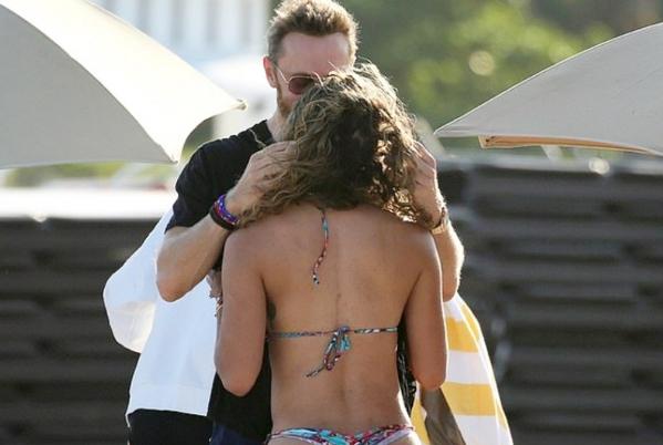 David Guetta, i lumtur në krahët e të dashurës 24 vjet më të re