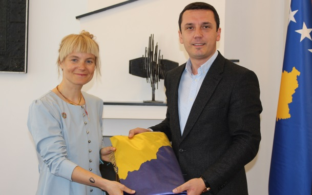 Ministri Gashi takoi Alpinisten Ibrahimi, ia dha flamurin e shtetit të Kosovës që ta vendosë në Himalaje