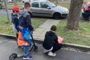 Shokët e 7-vjeçarit nga Lipjani vendosin lule në vendin ku u vra i mituri