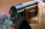 Burrit i vidhet arma e gjuetisë në një kafene në Prizren