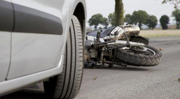 Aksident mes veturës dhe motoçikletës në Prizren, lëndohen dy vozitësit