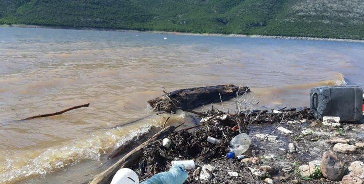 Liqeni i Vërmicës mbushet me mbeturina (Foto)