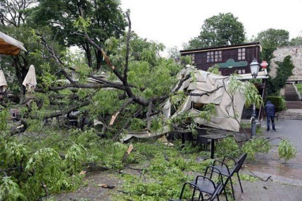 Dëme nga erërat e forta dhe reshjet e dendura të shiut në Ballkan