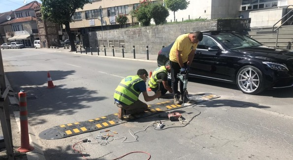 Komuna e Prizrenit fillon vendosjen e pengesave në rrugë për siguri në trafik