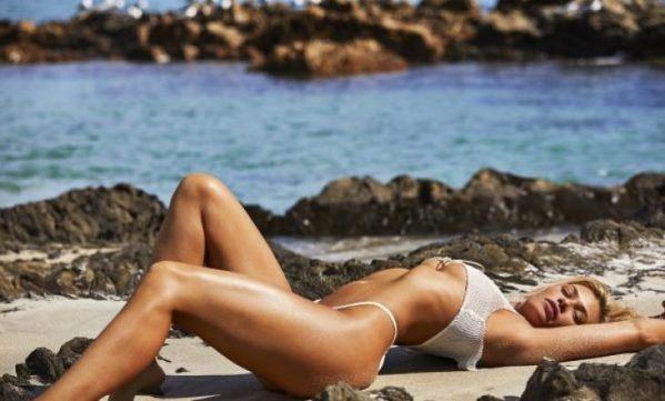 Modelja amerikane pozon e zhveshur në plazh