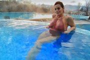 Pasi u dobësua, Big Mama çmend pushuesit me linjat trupore në bikini