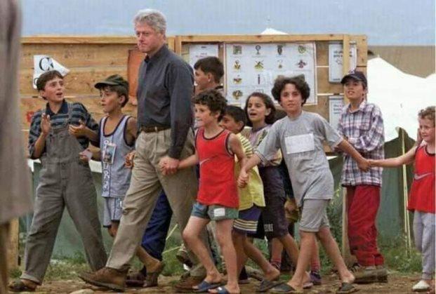 Para 20 vjetësh e pritën Clinton si refugjatë, sot si ushtarë (Foto)