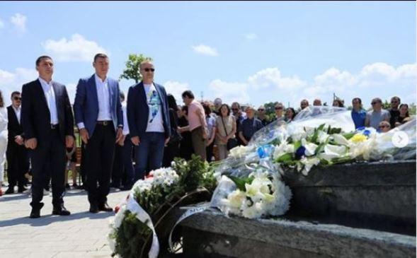 Kujtim Gashi bën homazhe tek varri i Fadil Vokrrit: Sot dhe përgjithmonë të kujtojmë Legjendë