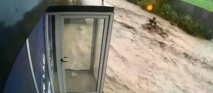 """Rahovec: Vërshimet """"rrëmbejnë"""" një person (VIDEO)"""