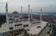 Kjo është xhamia më e madhe deri sot, mund të falën 63 mijë persona