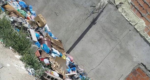 """Mbeturina të shumta në lagjen """"Edit Durham"""" në Prizren (Foto)"""