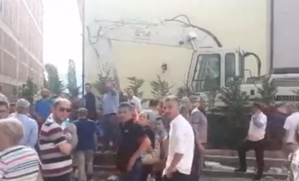 """Policia e Kosovës: Tre persona u sulmuan fizikisht gjatë rrënimit të objektit """"Abi Çarshia"""" në Prizren"""