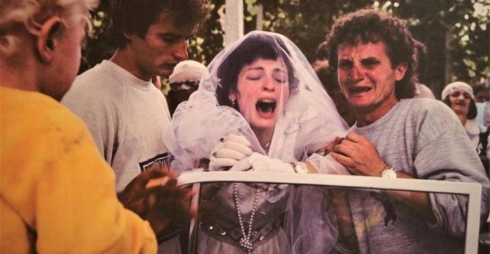 Një nuse që qan e tmerruar ditën e dasmës, çfarë fshihet pas këtyre pamjeve (FOTO LAJM)