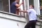 Babai tenton të hedhë bijën pesë muajshe nga dritarja, momenti kur polici hero e ndalon
