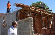 Kryetari i Prizrenit inspekton ndërtimin e shtëpive për skamnorët