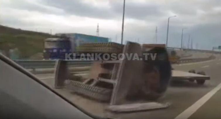 Ekskavatori bie nga mjeti transportues në Autostradën Ibrahim Rugova (VIDEO)