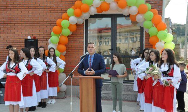 """Ministri Bytyqi përuroi Sallën e sporteve në shkollën """"Ramë Bllaca"""" në Bllacë të Suharekës"""