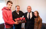 Haradinaj në Zhur, viziton familjen e Rami Badallaj