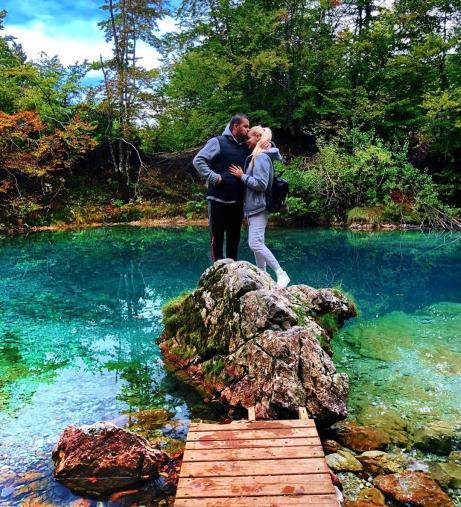 Për një foto romantike njëri ra në ujë, por as Eni as Genci nuk e pranojnë (FOTO LAJM)