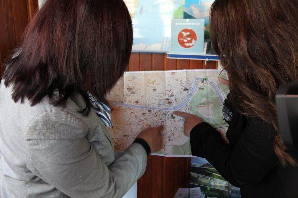 """Pika informuese turistike nga """"Bazhdarhana"""" në Stacionin e Autobusëve në Prizren"""