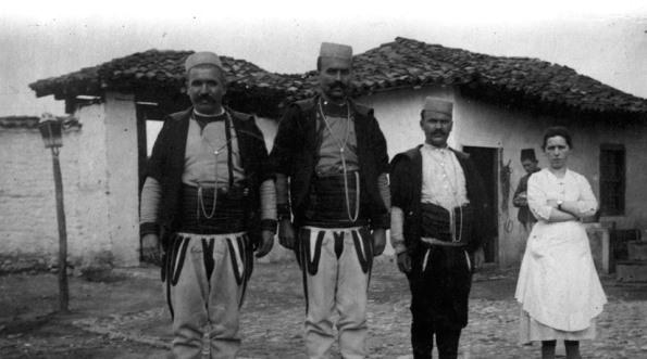 Fotot e rralla/ Si dukeshin shqiptarët dhe Shqipëria 100 vjet më parë