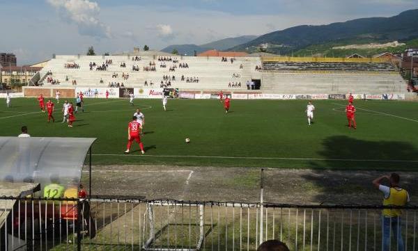 Prizren, një i dyshuar e rrah gjyqtarin në stadium