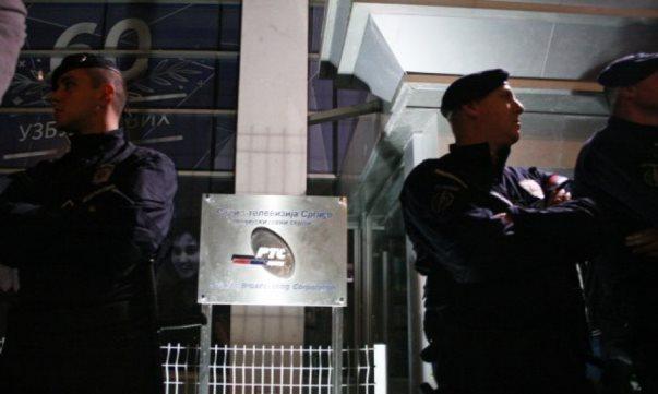 Protestuesit rrethojnë Televizionin e Serbisë kur Vuçiqi ku po jepte intervistë