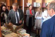 """Komuna e Suharekës dhuron 1 015 libra për bibliotekën e SHFMU """"Iliria"""" në Savrovë"""