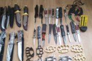 Kapen thika dhe municion në tregun e Suharekës (FOTO)