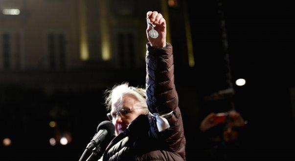 Fituesja e Nobelit për Paqe heq dorë nga çmimi shkaku i Handkes