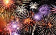 Pamje të frikshme! U hoqën fishekzjarret, shqiptarët festojnë me breshëri kallashi (VIDEO)