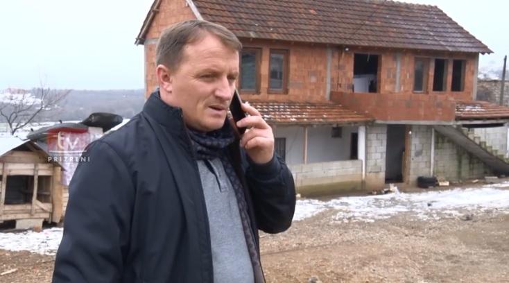 Drejtori Kabashi vizitë objektit ku jeton familja Vorfaj nga Planeja, tronditet me kushtet e rënda të banimit
