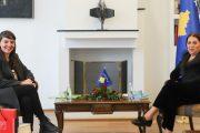 "Ministrja Dumoshi ofron bashkëpunim institucional për Bienalen ""Minifesta"""