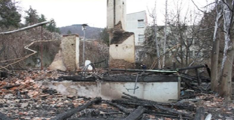 """QRTK-ja në Prizren: Ish- objektit të """"Farmakos""""-it, i ka mbetur vetëm struktura e oxhakut"""