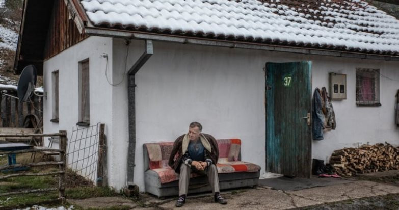"""""""The Guardian"""": Të mbijetuarit e Srebrenicës ende jetojnë në kampe"""