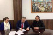 Nënshkruhet marrëveshja për renovimin e 10 shtëpive në Suharekë